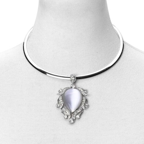 Simulated White Cats Eye and White Austrian Crystal Choker Necklace (Size 18) with Retro Pendant in Silver Tone