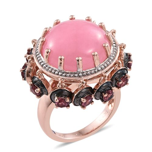 GP Pink Jade (Rnd 15.25 Ct), Rhodolite Garnet and Kanchanaburi Blue Sapphire Ring in Rose Gold Overlay Sterling Silver 17.000 Ct. Silver wt 11.56 Gms.